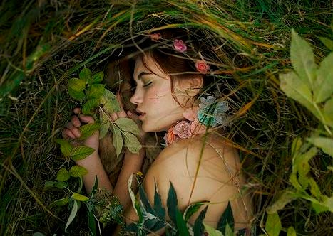 ragazza che dorme in un bosco