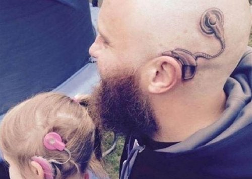 Padre si fa tatuare per non far sentire diversa la figlia