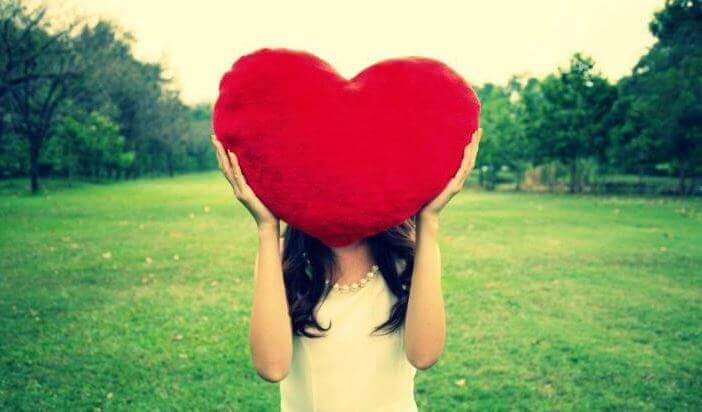 ragazza con cuscino a forma di cuore