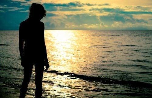 ragazza in riva al mare