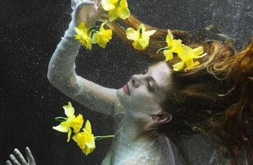 ragazza con fiori gialli