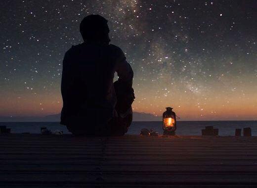 uomo-che-guarda-le-stelle