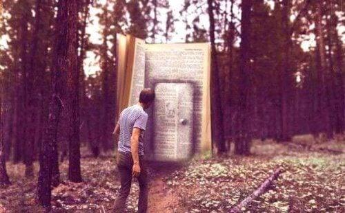 uomo davanti una porta a forma di libro gigante nel bosco