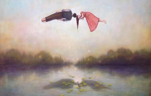 uomo e donna sospesi in aria