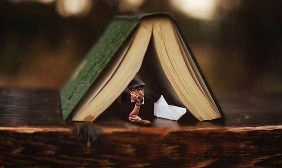 uomo-in-un-libro