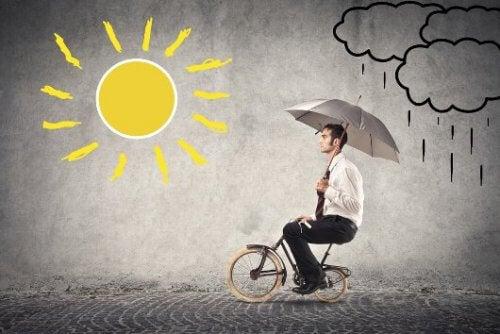uomo-sotto-pioggia-va-verso-sole