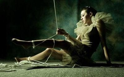 ballerina-controllata-da-fili