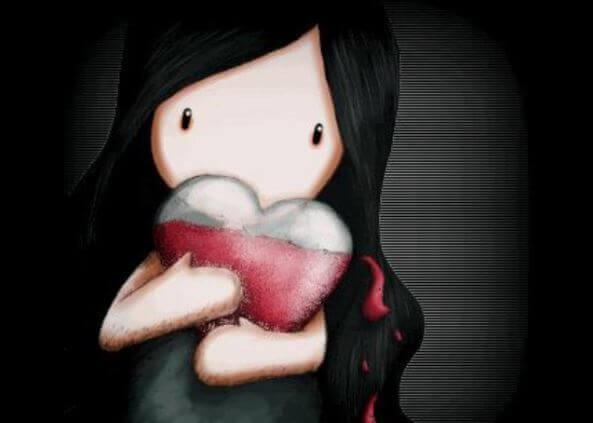 Bambina con un cuore in braccio