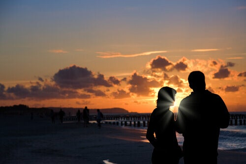 coppia-che-parla-al-tramonto