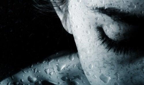 Donna con gli occhi chiusi che piange