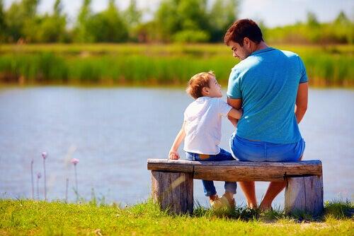 papa-e-figlio-seduti-su-una-panchina