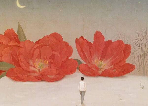 Uomo che camina verso due grandi fiori rossi