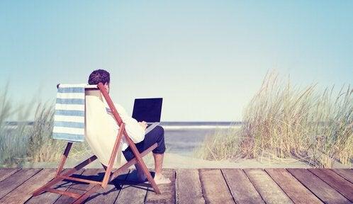 uomo-che-lavora-al-computer-al-mare