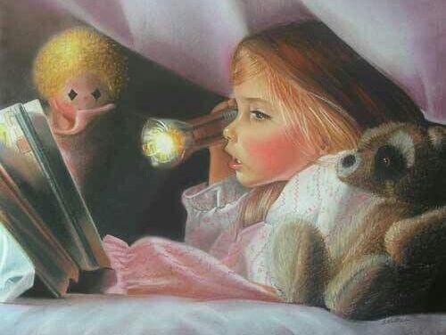bambina che legge sotto le coperte