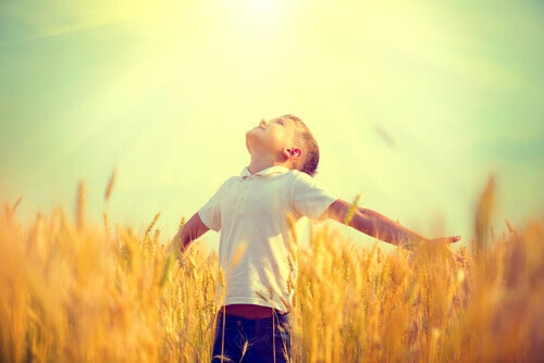 bambino-guarda-il-cielo