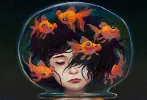 testa dentro ad una bolla piena di pesci rossi