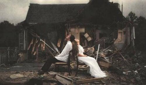 coppia-con-casa-distrutta