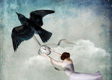 donna-aggrappata-ad-un-orologia-trascinato-da-un-uccello