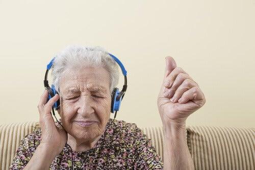 donna-anziana-ascolta-musica