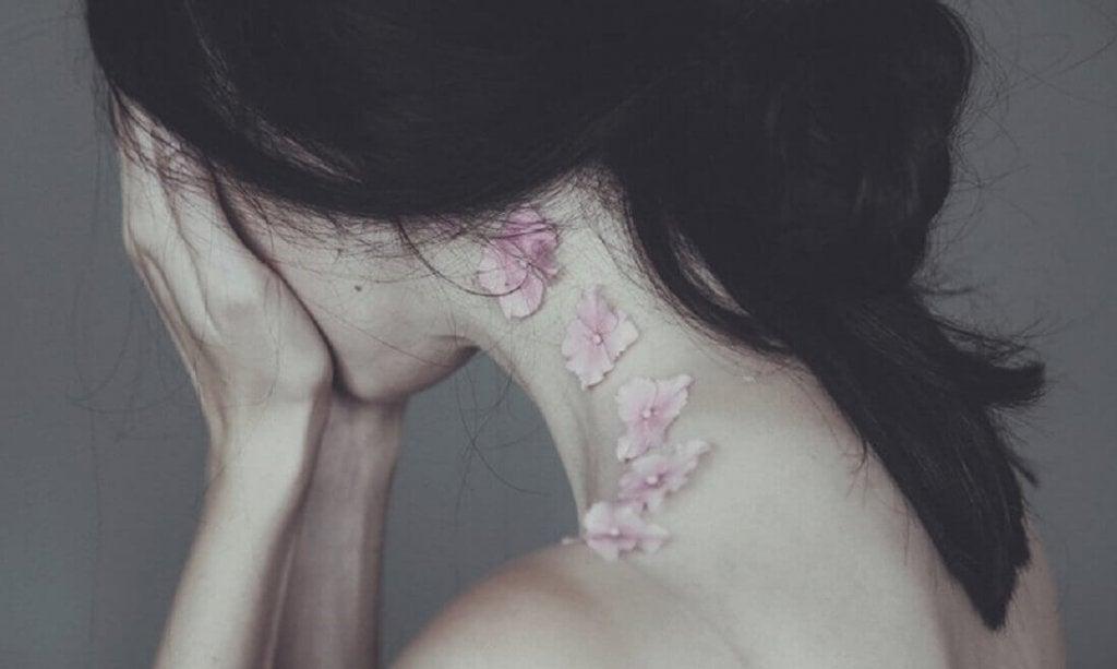 donna-che-si-copre-il-viso l'indifferenza