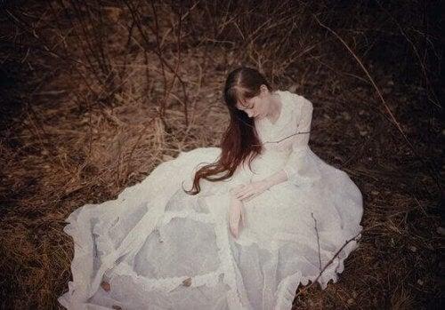 donna-pensa-nel-bosco