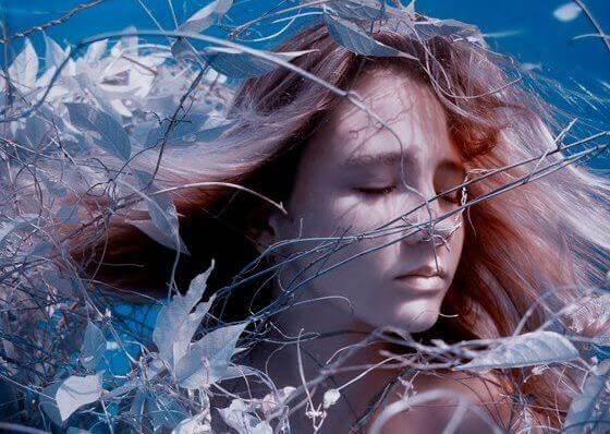 donna-rete-di-foglie
