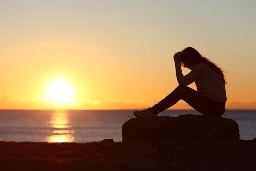 donna-seduta-al-tramonto imparare
