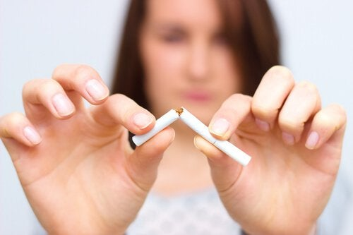 donna-spezza-sigaretta