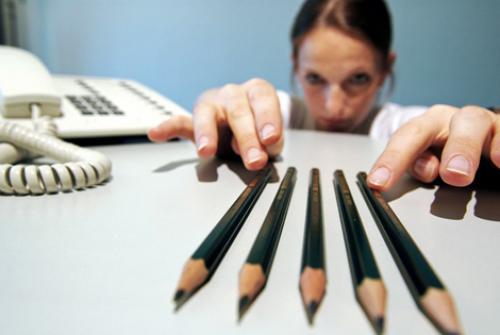donna-telefono-e-matite