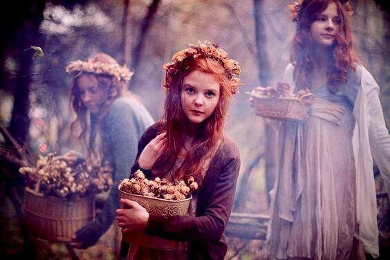 donne-e-bambine-con-cesti-di-fiori tempo