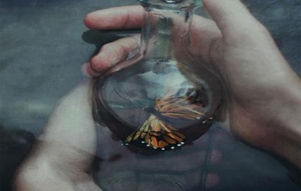 farfalla-dentro-una-bottiglia-di-vetro l'indifferenza