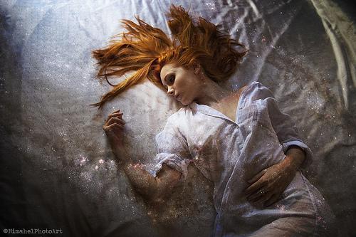 donna sul letto paralisi del sonno