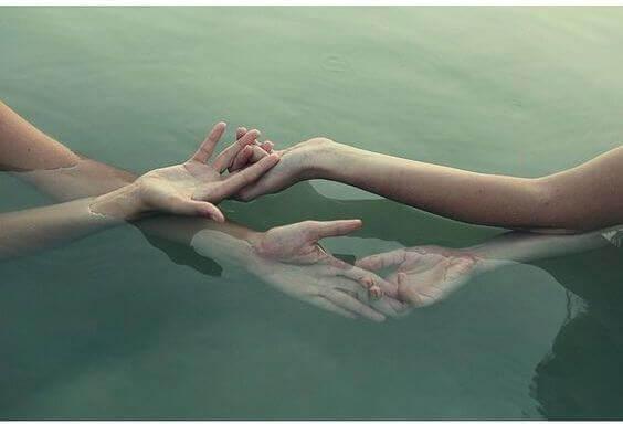 mani intrecciate in acqua