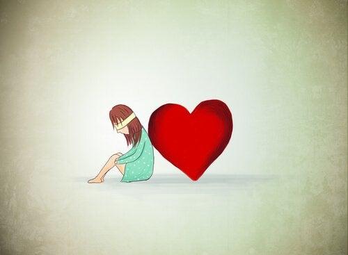 ragazza appoggiata a un cuore