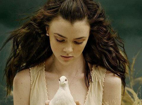 ragazza con colomba in mano