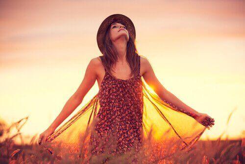 ragazza-sorride-al-tramonto