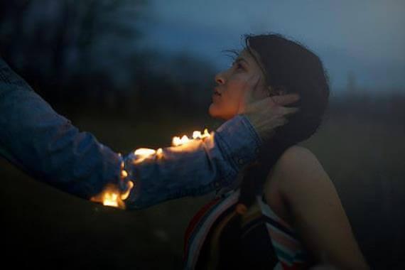 uomo con fuoco sul braccio