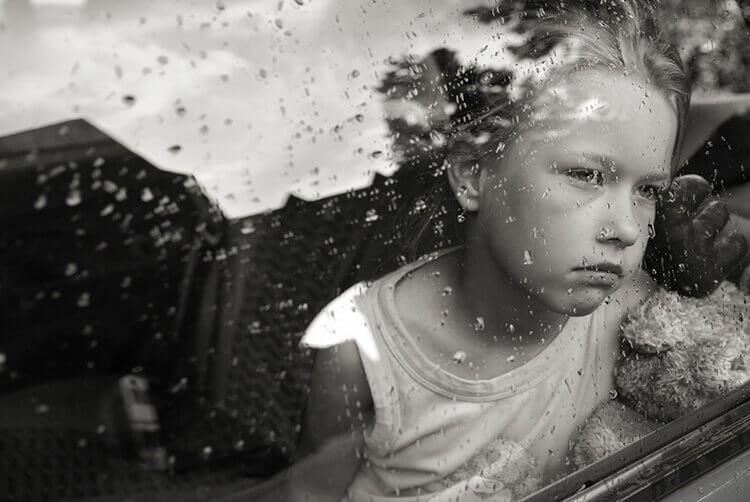 bambino-dietro-una-finestra