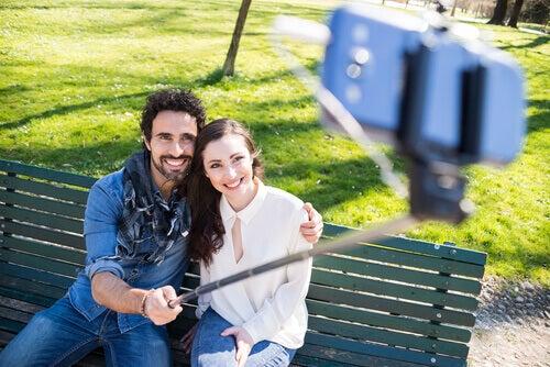 coppia-che-si-fa-un-selfie
