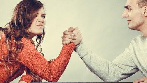coppia-che-si-sfida-a-braccio-di-ferro
