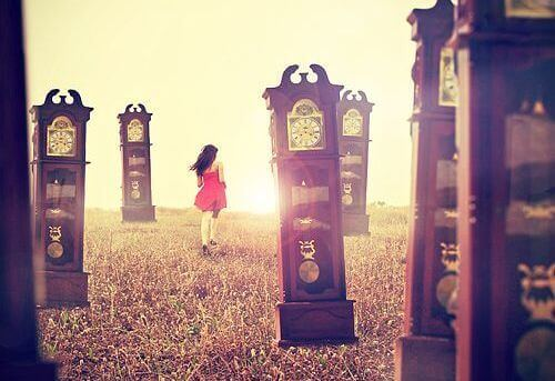 donna-che-corre-tra-orologi