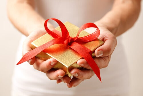 donna-che-dona-un-regalo