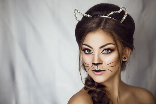 donna-con-il-viso-dipinto-da-gatta
