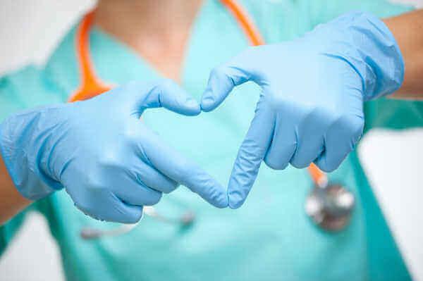 medico-che-fa-un-cuore-con-le-mani