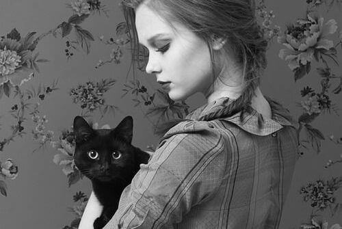 ragazza-con-un-gatto-nero
