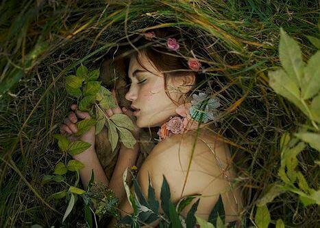 ragazza che dorme in mezzo alle foglie