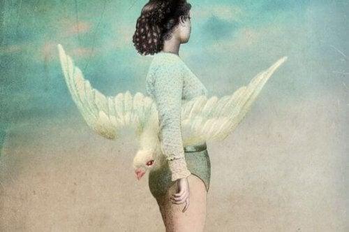 donna-con-colomba-bianca-sulla-schiena