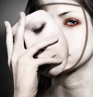 donna-si-toglie-la-maschera