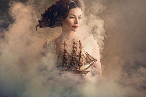 donna-tra-nebbia-e-nave