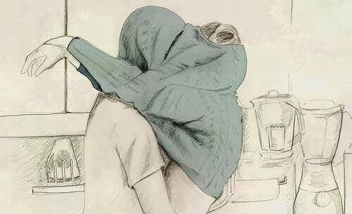 coppia che si bacia coperta da un maglione